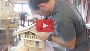 Vogelhaus bauen Dachschindeln montieren